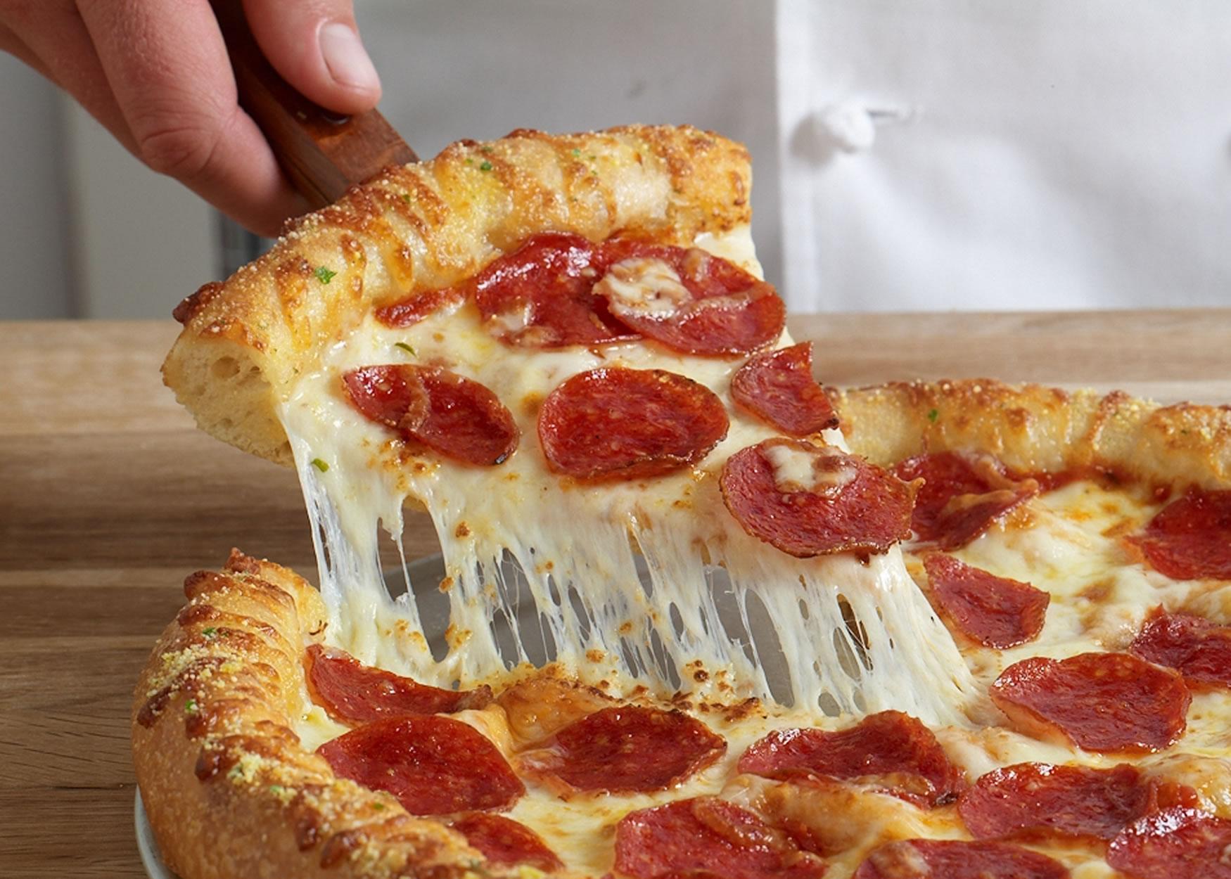 """Everyone Loves Pizza"" Reviews the Best Pizzeria in Cincinnati"